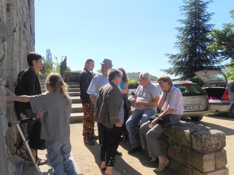 Paul en discussion avec des habitants de Genestelle
